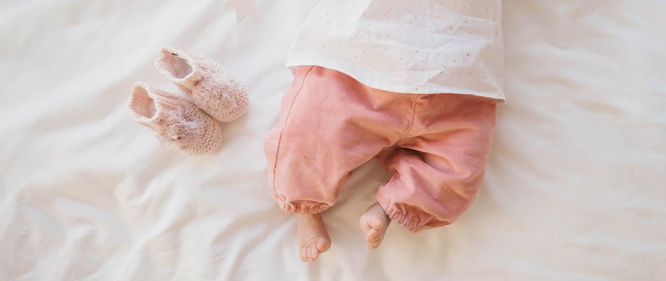 bebé recém nascido pés