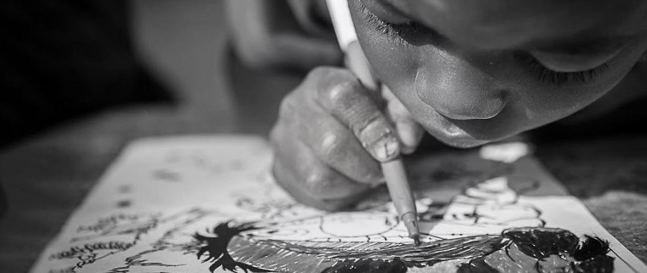 menino a escrever