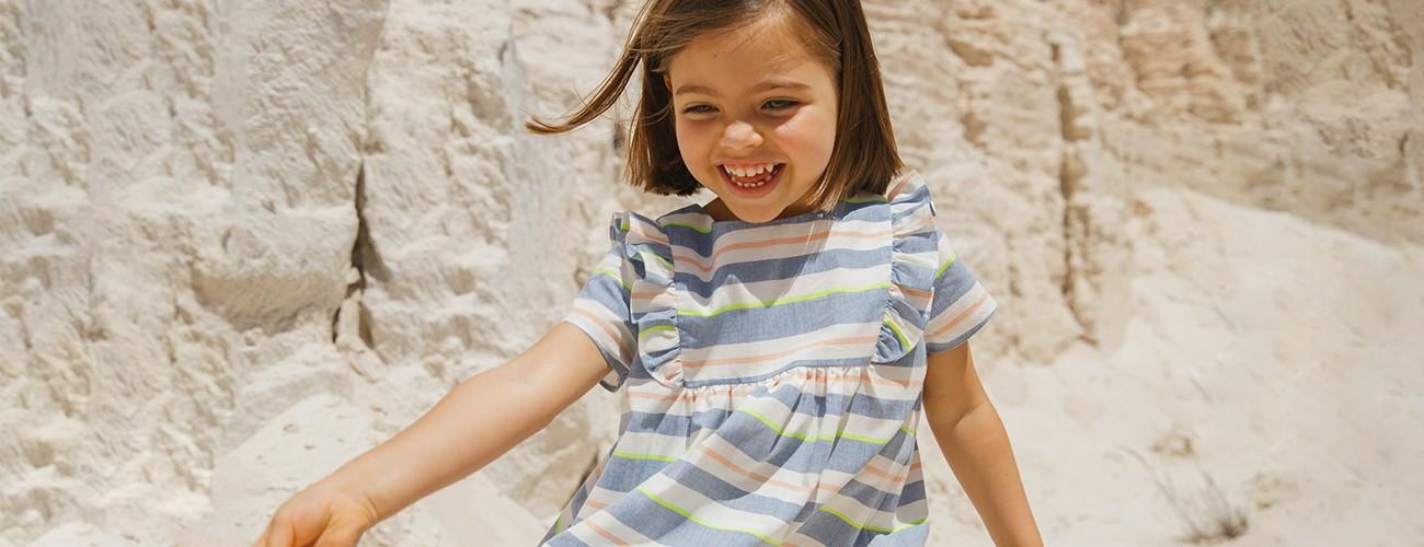 menina feliz a brincar