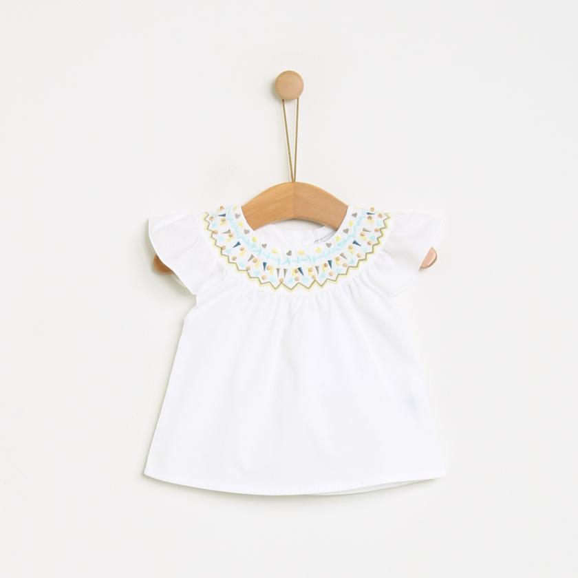 Blusa com bordado geométrico
