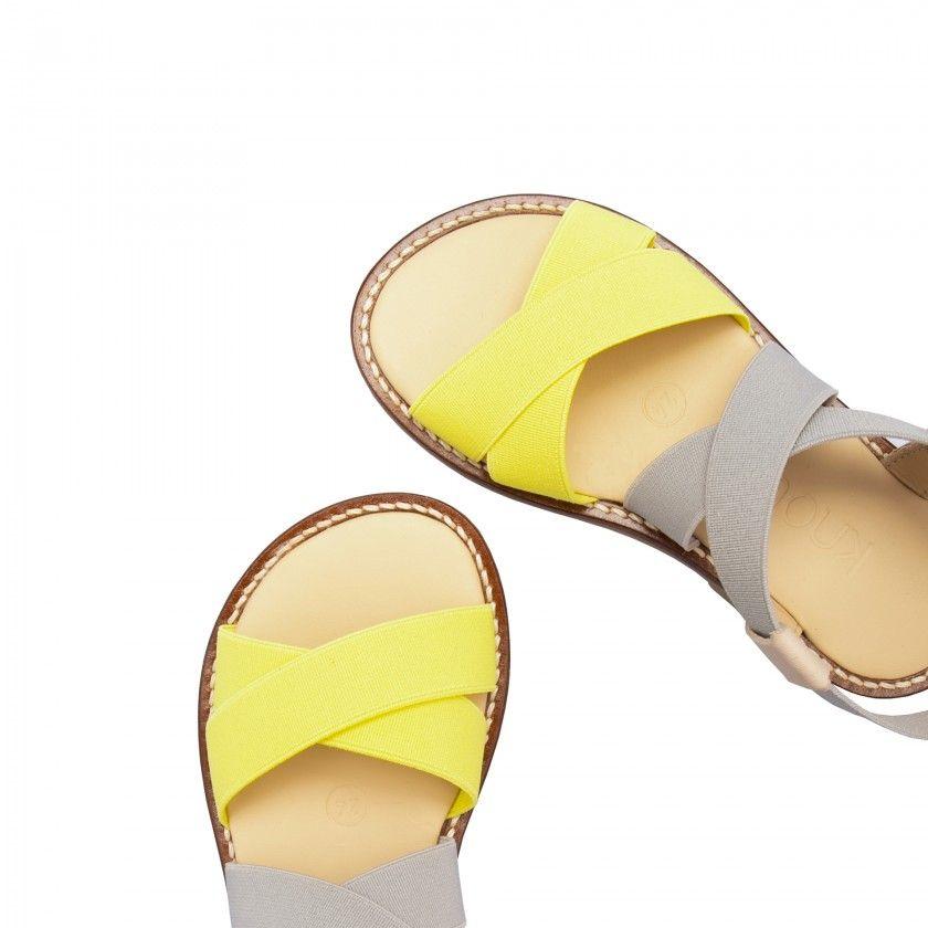 Sandália com elásticos